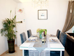 厅,餐厅正对着厨房,方便上菜 入户没有玄关设计,缓冲效果不佳