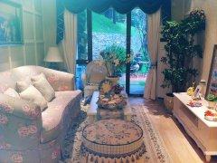 落地窗,所以整个客厅的采光较好.此样板间的装修风格为田园